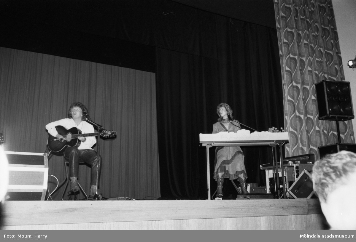 Paret Merit Hemmingson och Bengan Karlsson har konsert på Möllan, Folkets Hus, i Mölndal, där de bland annat tolkar Bellman, år 1984.  För mer information om bilden se under tilläggsinformation.