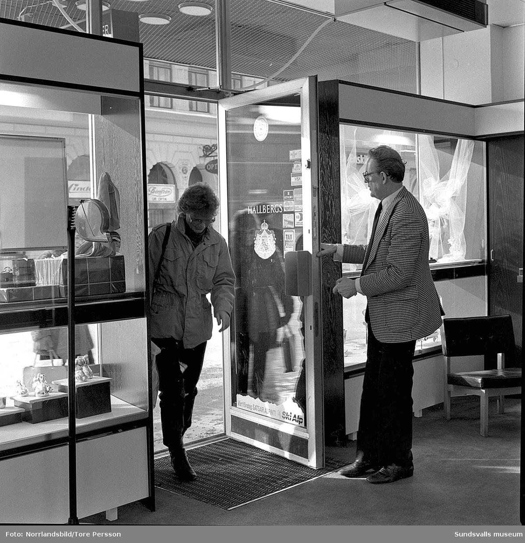 Hallbergs guld, nyöppning med extraerbjudanden. Bilder på kunder och personal i butiken.