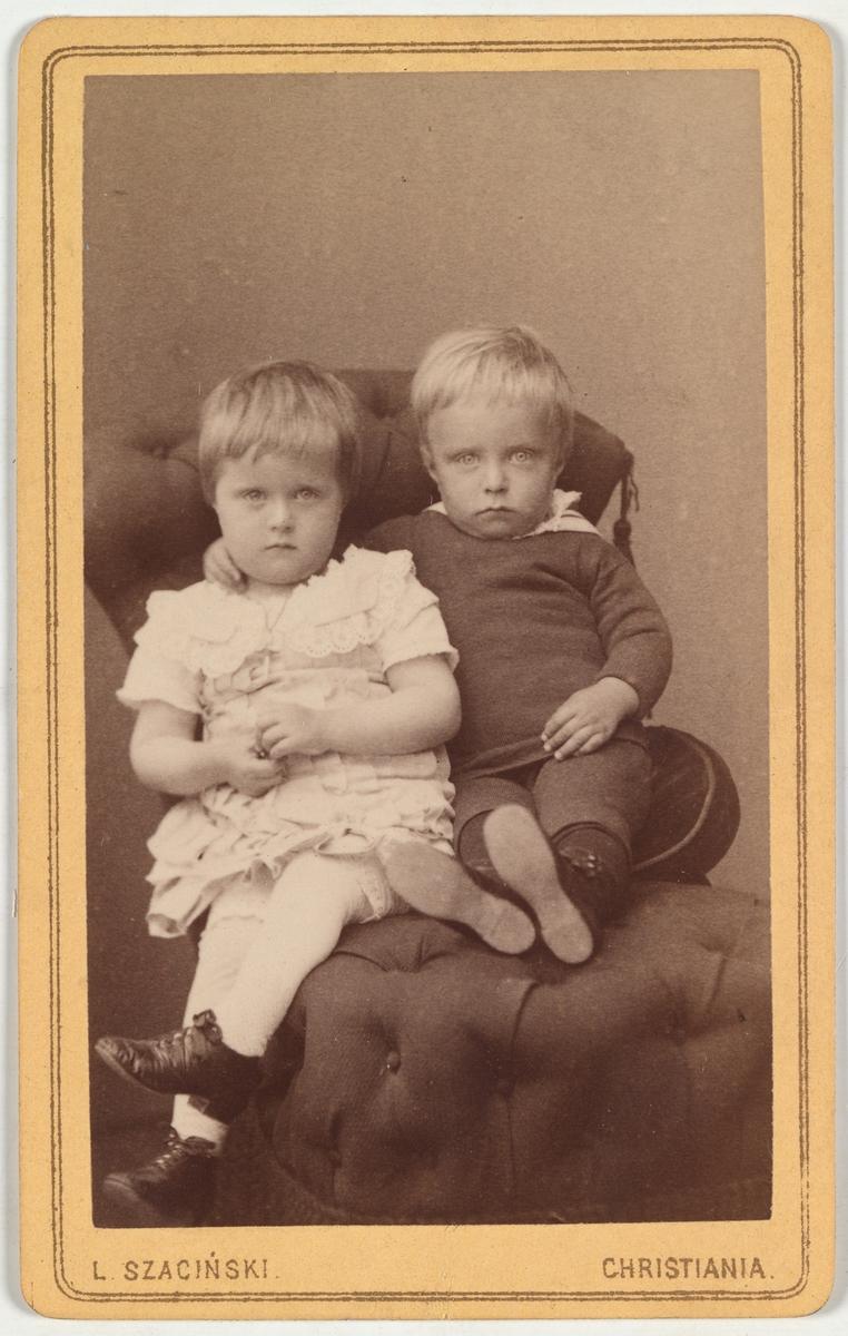 To barn, trolig Anna (til venstre) og Arne Christensen (til høyre).