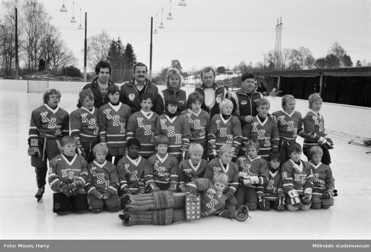 """Kållereds SK ishockeylag 75:or möter ett """"mammalag"""" på Kållereds isbana, år 1984. Grupporträtt på ungdomarna.  För mer information om bilden se under tilläggsinformation."""