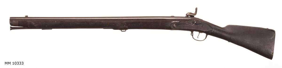 Muskedunder omkring 1850, flottans modell, med tillhörande laddstock. Slaglåsmekanism. Rysk pipa. Krigsbyte från 1790. Märkt B1.M. 2433