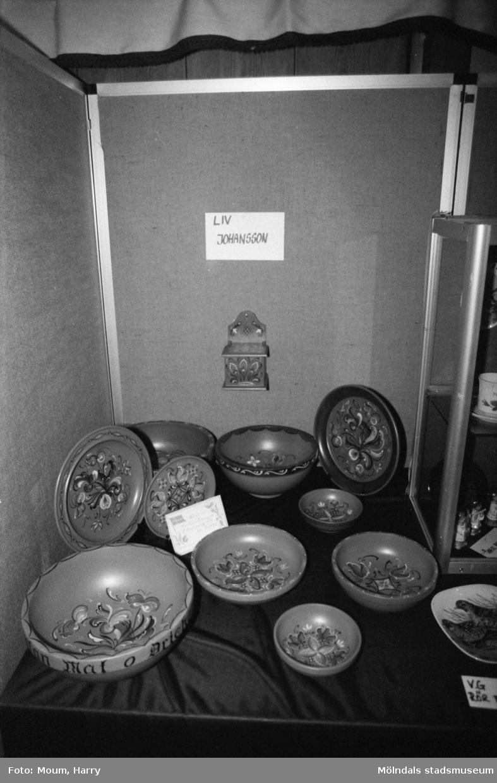 Lindome kulturdagar på Almåsgården i Lindome, år 1984. Dekorerade skålar.  För mer information om bilden se under tilläggsinformation.