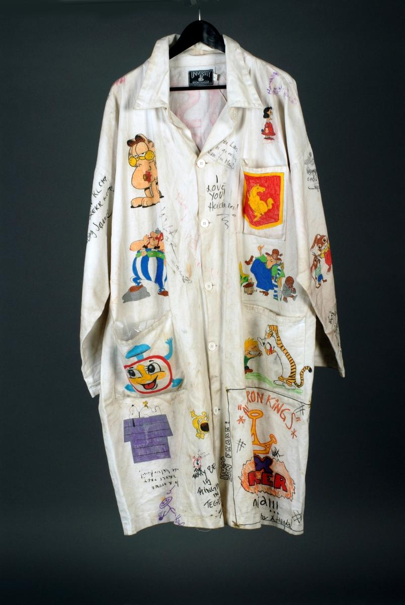 """Russefrakk med lommer  og knapper. Motivet på baksiden av frakken er av en alv eller et lite troll. Over står det skrevet RUSS-97, og under tegningen står det LEVANGER. På høyre arm er det tegning av en kjøter av en hund (en tegneseriefigur?) og Lucky Luke på hest. På høyre side er det tegning av Pusur og under ham står Obelix. På lommen er det tegning av en vekkerklokke med smilefjes. Under lommen er det tegning av Snoopy liggende på taket av et hundehus.. På brystlommen (venstre) er det en tegning av en gul hest på rød undergrunn. Over brystlommern er en figur fra Knøttene, og under er det tre figurer (kanskje fra en tegneserie?). På venstre lomme er det en teging av Tommy og Tiger'n. Under lommen er det tegning av en krone og teksten """"All moron kings wax ruler"""". På vesntre arm er det en tegning av Asterix, noen harefigurer og nederst er det en stripe fra knøttene. Ellers er det mange navnetrekk/hilsninger. Det følger også med en russelue og på skjermen står det KLOMPEN. I dusken er det en Frisk-boks, kleklype, bjelle, ørepropp, en vaskeanvisning (fra et klesplagg), en blå sløyfe, binders, godteripapir, hubbabubba-papair, en rød ispinne, to røde fyrstikker i kors, en liten bjørkepinne, tom paracet, en tampong, en bil en serviett og en svart avlang beholder. Inni er det et klistremerke fra produsenten der det er skrevet personalia. Det følger også med en pose med """"russerekvisita"""": et ark med russeknutekrav, et ark med """"Levangersangen"""", , en liten russelue, en metallfløyte i 17.mai-bånd, et par solbriller og 15 russekort."""