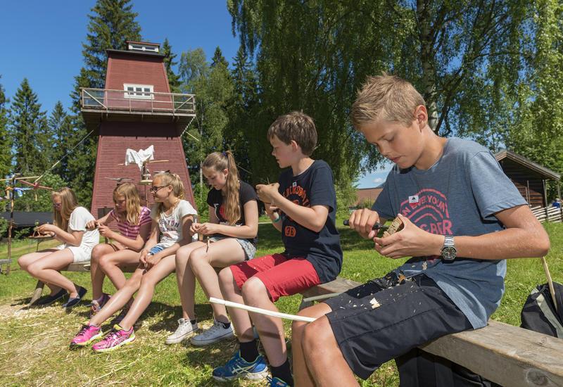 Skolebarn spikker med kniv under Skog og vann 2014 (Foto/Photo)