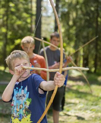 Gutter med pil og bue under temadagene Skog og vann 14/6 2014