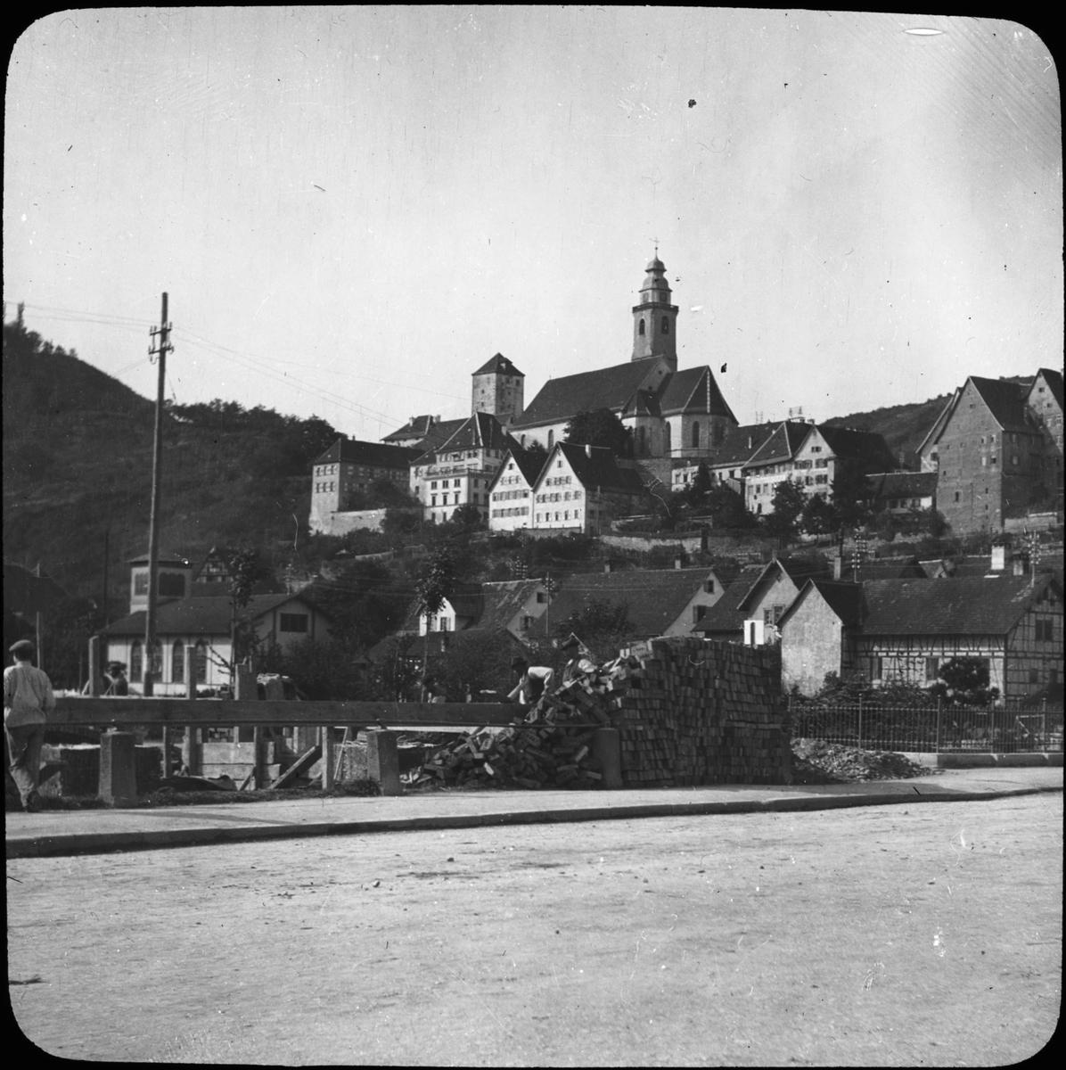 Skioptikonbild med motiv av husbygge vid Horb am Neckar. Bilden har förvarats i kartong märkt: Resan 1908. Tübingen 3. Horb.