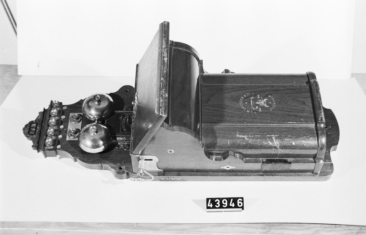 Telefonapparat, väggmodell, för lokalbatterisystem. Mikrofon och vev saknas.
