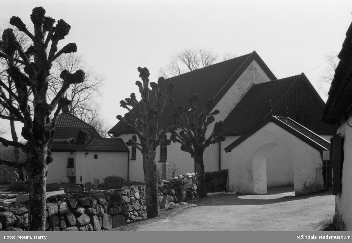 Kållereds kyrka, exteriör, år 1984.  Fotografi taget av Harry Moum, HUM, Mölndals-Posten, vecka 13, år 1984.