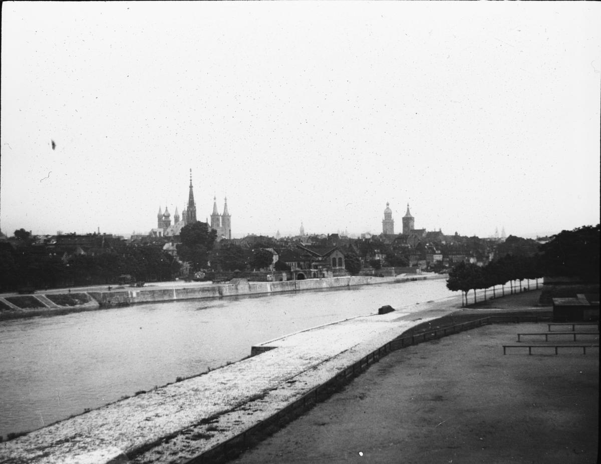 Skioptikonbild med motiv av vy över Würtzburg vid floden Main. Bilden har förvarats i kartong märkt: ?