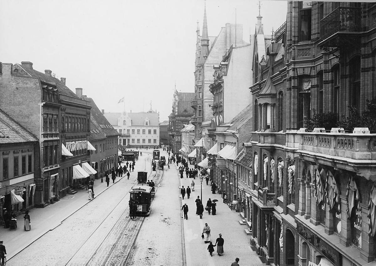 Hästspårväg i Malmö 1901. Södergatan med Residenthuset i mitten och Rådhuset till höger.