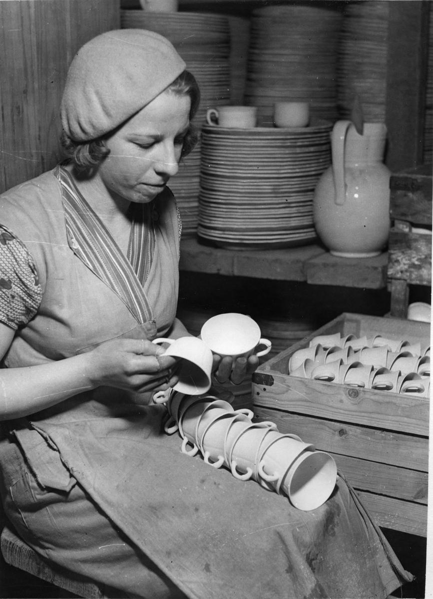 Gustavsbergs Porslinsfabrik. Kontroll av kaffekoppar.