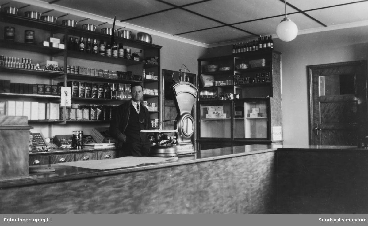 Viktor Larsson i sin livsmedelsbutik i Östrand (nuvarande adress Vivstavägen 5)