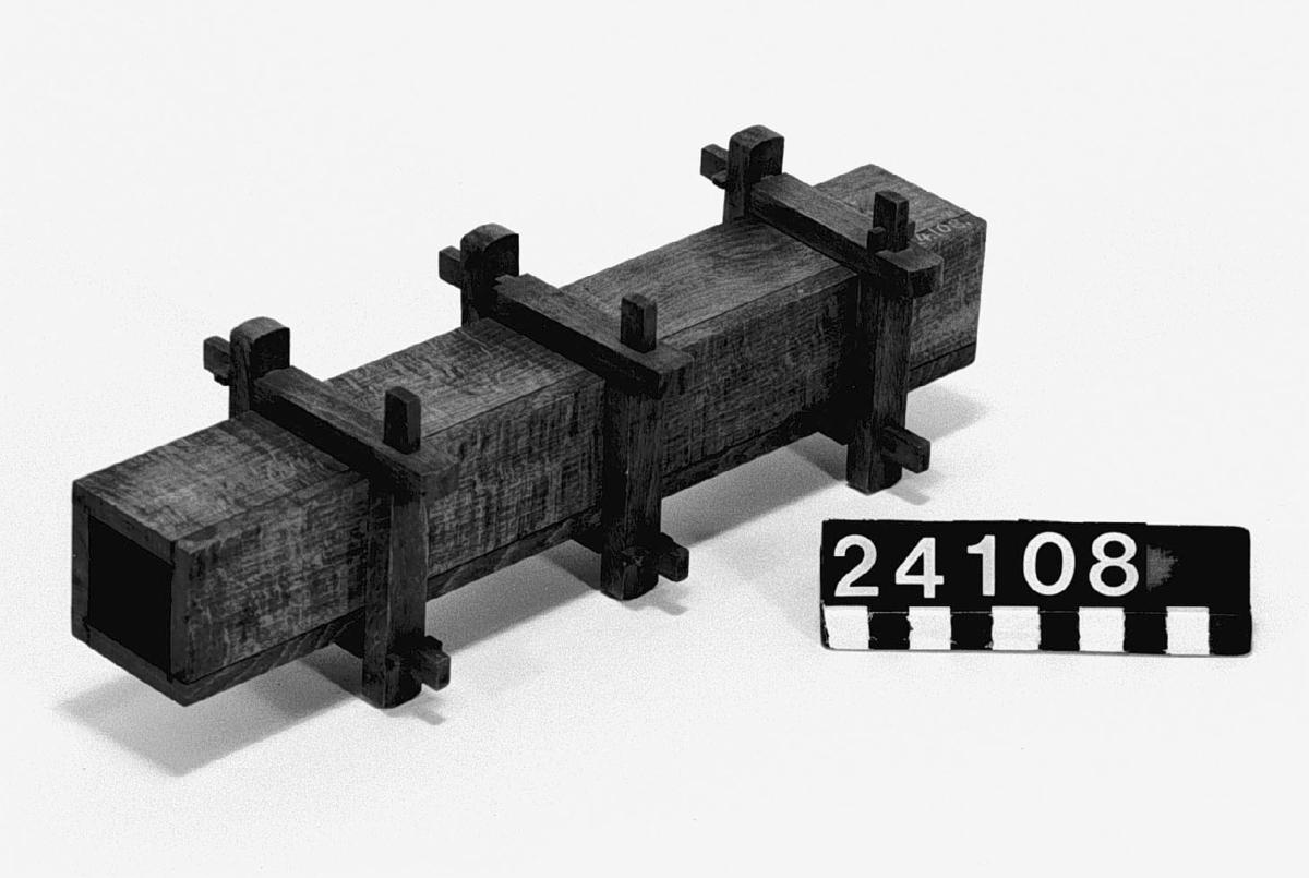 Modell i trä, till konstruktion av vattentub av trä med kavadratisk sektion.