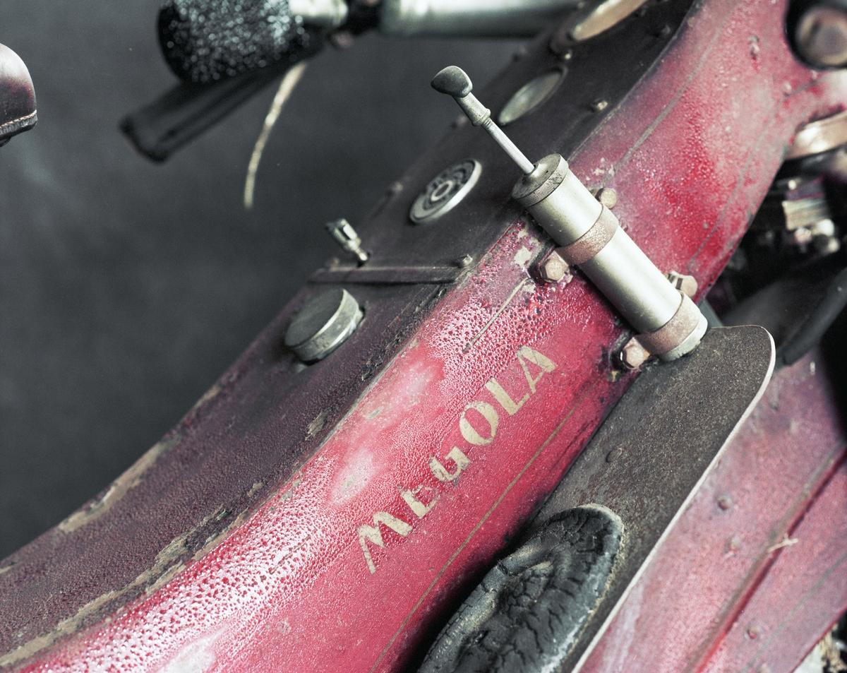 Stjärnmotor i framhjulet, även kallad navmotor. Motorns varvtal 3 600 nedväxlat så att framhjulet gör maximalt 600 varv/minut. Bewärtes förgasare, Bosch elsystem och magnet. Ramen är byggd av pressad stålplåt i två halvor. Två oberoende bromsar i bakhjulet  Femcylindrig fyrtaktsmotor, cylindervolym 128 cc per cylinder, totalt 637 cc Cylinderdiameter: 58 mm Slaglängd: 60 mm En planetväxel 6:1 växlar ner motorns varvtal till framhjulets Högsta fart cirka 110 km/tim, sportmodellen 145 km/tim 6,5 hk vid 2 000 varv/minut, 14 hk vid 4 300 varv/minut Tillbehör: Reservdelar (3 st).