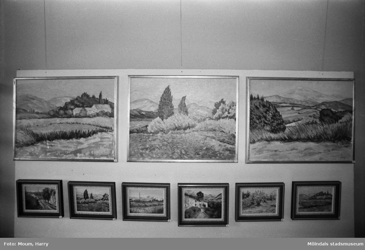 Konstnären Gunnar Didoff ställer ut på Kållereds bibliotek, år 1984.   För mer information om bilden se under tilläggsinformation.