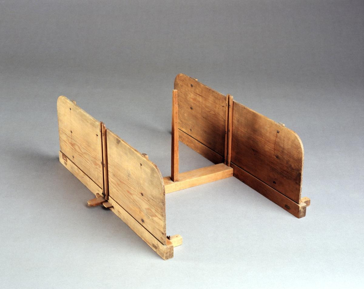 """Modell av sädesrensningsmaskin. Text på föremålet: """"N:o 157. Modell på ..... Machin som N:o 81. Men des ställning ändrad ock förbättring Af Capit. Norberg"""". I Jonas Norbergs förteckning från 1779 jämförs modellen med en annan sädesrensningsmaskin som inte längre finns kvar i samlingen. Denna maskin var uppfunnen av greve Cronstedt. Jonas Norberg anpassade själv denna maskin för att få plats i låga sädesbodar."""