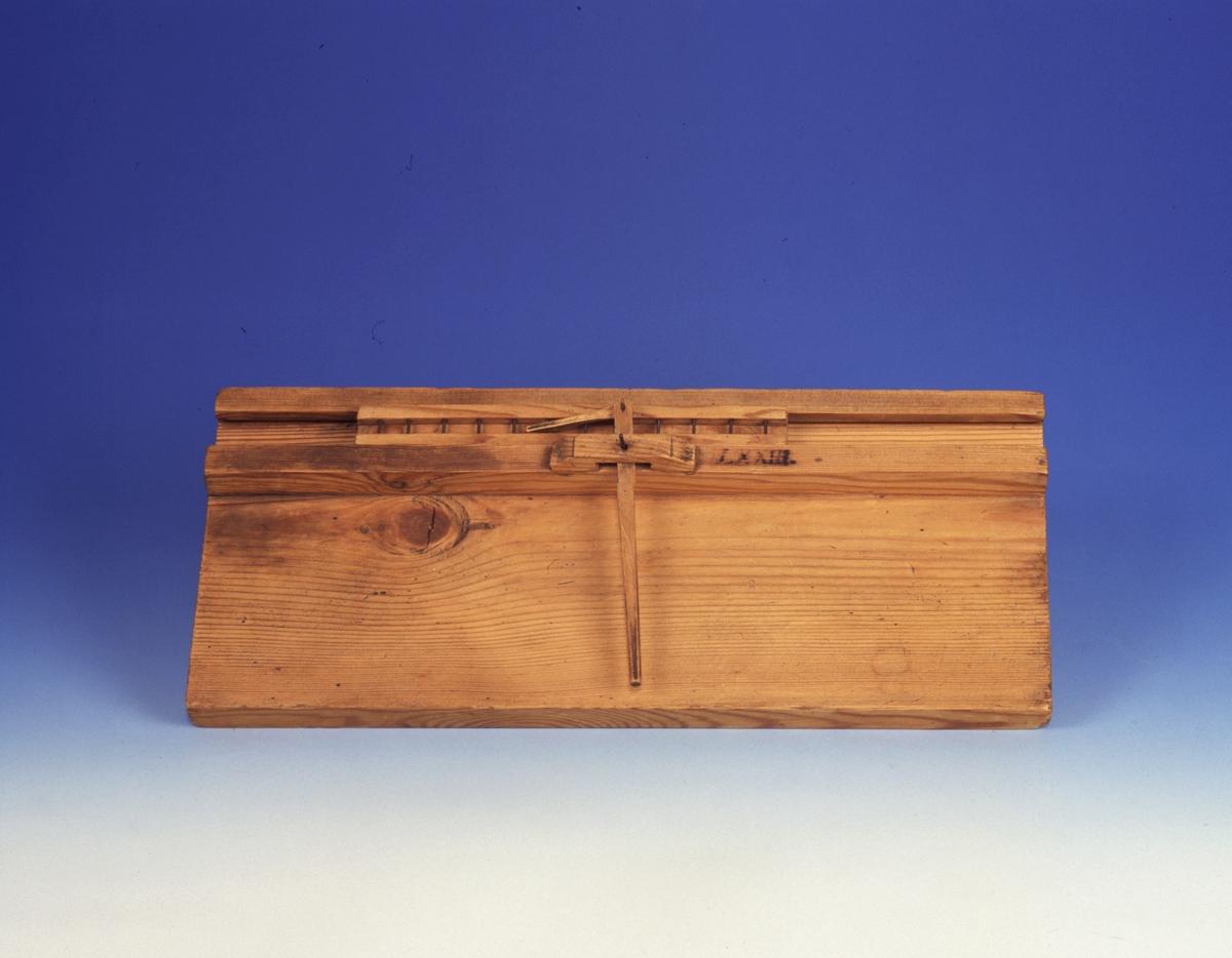 Modell ur Polhems mekaniska alfabet. Text på föremålet: LXXIII. Med hjälp av hävarmen erhålles en kraftutväxling vid frammatning av den pinnförsedda släden.