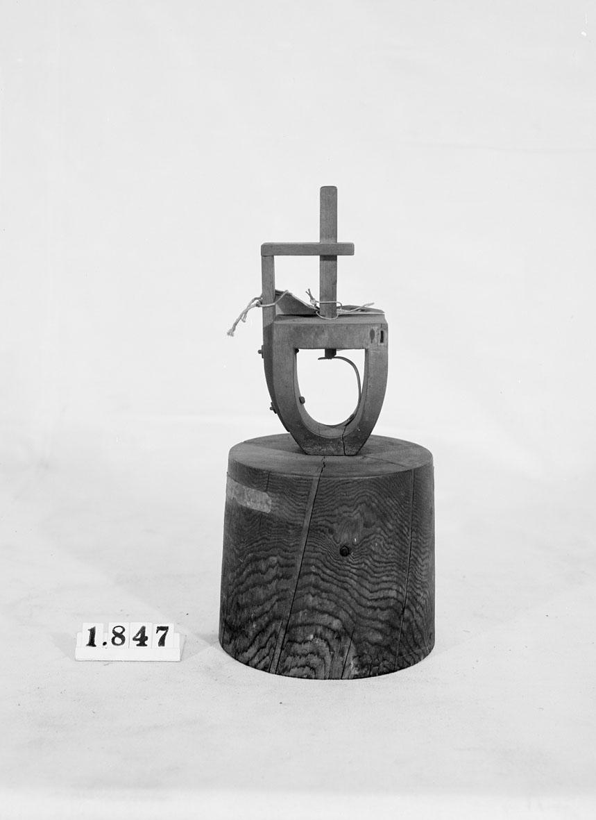 """Modell av apparat för huggning av sågtänder. Text på föremålet: """"N:o 148. A-1-7 37""""."""