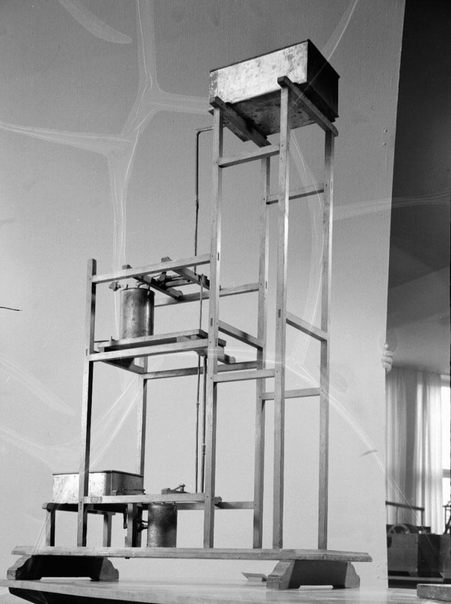 """Modell av syphonverk. Text på föremålet: """"N:o 129. Modell på Syphon=värk. Efter Ritning från Tyskland. XII.15""""."""