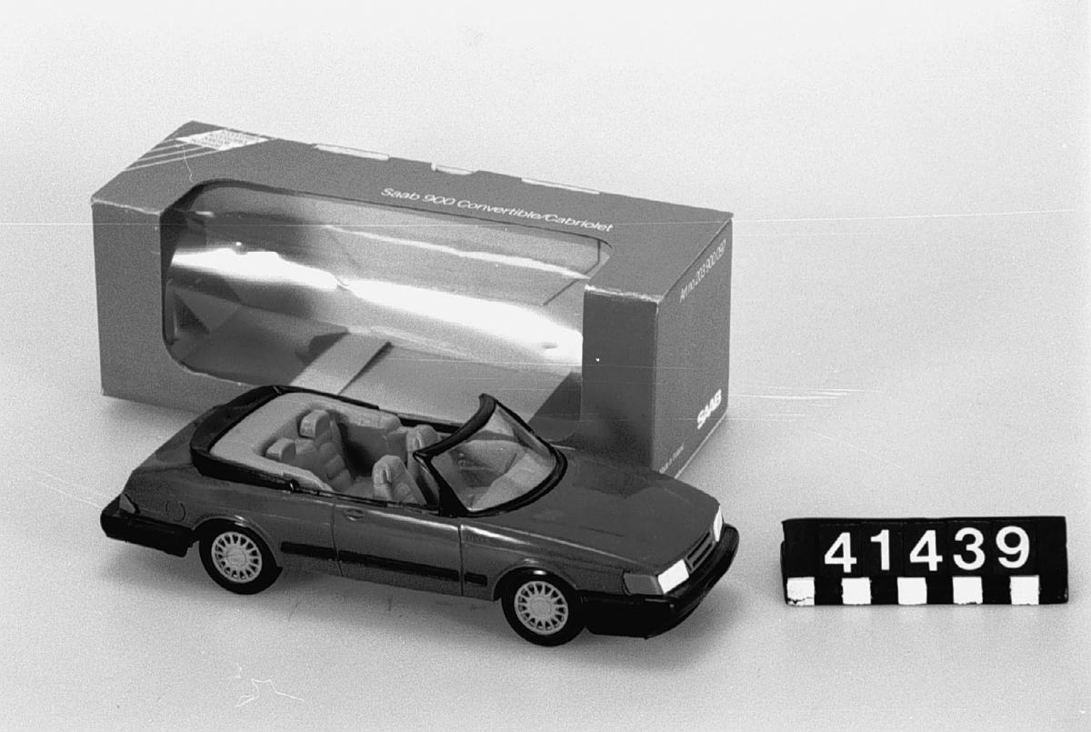 Bilmodell av plast. Modellens art.nr. 203900097. Förpackningen är även märkt: 700203. Framrutan lös. Tillbehör: Originalförpackning.