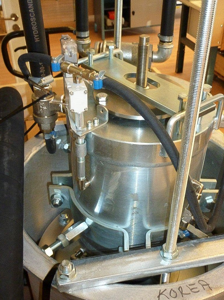 Infraljudgeneratorn består av tre delar: En patenterad tryckluftdriven ljudgenerator som producerar ljudvågor i frekvensområdet 15 Hz - 30 Hz# Ett resonansrör anpassad till den lågfrekventa ljudvåglängden, och ett konisk anslutningsrör som diffuserar ljudet.  Infraljudgeneratorn används för sotning av stora industriella värmepannor. Vibrationerna håller värmeytorna fri från sot och askbeläggningar som annars bildar en isolerande skikt och i hög grad minskar pannans effektivitet och värmeutbyte. Förutom maximering av pannans effektivitet, eliminerar infraljudgeneratorn behovet av driftsstopp för manuell sotning.  Under utvecklingen av infraljudgeneraton har trimning av ljudfrekvens och resonanskarakteristik visat sig vara avgörande för att anläggningen ska fungerar ihop med den avsedda värmepannan. Idag används tunga dataprogram för att beräkna optimal dimensionering.  Generatorn behöver inte vara i drift hela tiden# Det räcker med en kort ljudimpuls på 1 - 4 sekunder med 2 - 3 minuters mellanrum. Eftersom det tar en kort stund för signalen att nå full kraft, och lika lång tid att klinga av, kan anläggningen användas utan att ljudimpulsen upplevs som svårt störande. För att dessutom minska fortplantning av stomljud är infraljudgeneratorn försedd med en kompenserande vibrationsdämpare. Ljudgeneratorn, eller Insonatorn, drivs med tryckluft på 5 - 8 bar. Ljudfrekvens, impulslängd och interval styrs av en kontrollenhet.  Infraljudgeneratorn används i kraftvärmeverk, på stora fartyg, inom industrigrenar som pappersbruk, och vid sopförbränning. Oftast lönar sig investeringen i en infraljudgenerator på kort tid eftersom energieffektivisering och driftsbesparingar är så stora.