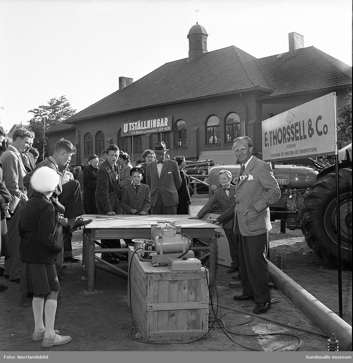 Sundsvallsmässan 1954, i en monter vid GA-skolan visar E. Thorsell & Co traktorer och maskiner. Fotograferat för Bydalens mekaniska.