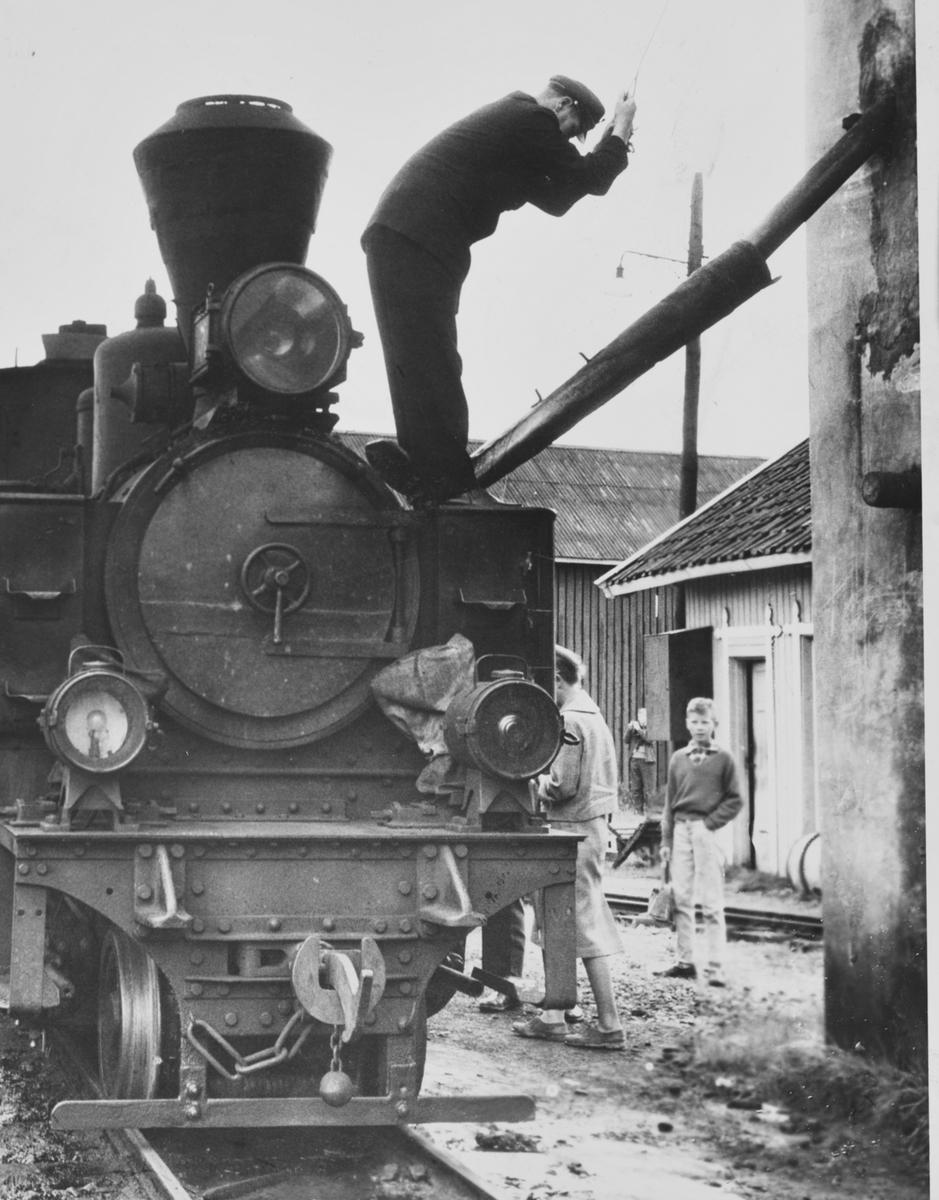 Vannfylling på Urskog-Hølandsbanens damplokomotiv 7 Prydz på Bjørkelangen stasjon.