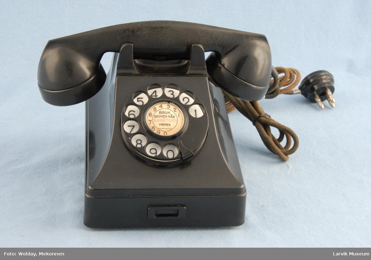 Form: Vanlig telefontype, tallskive i bakelitt Automat