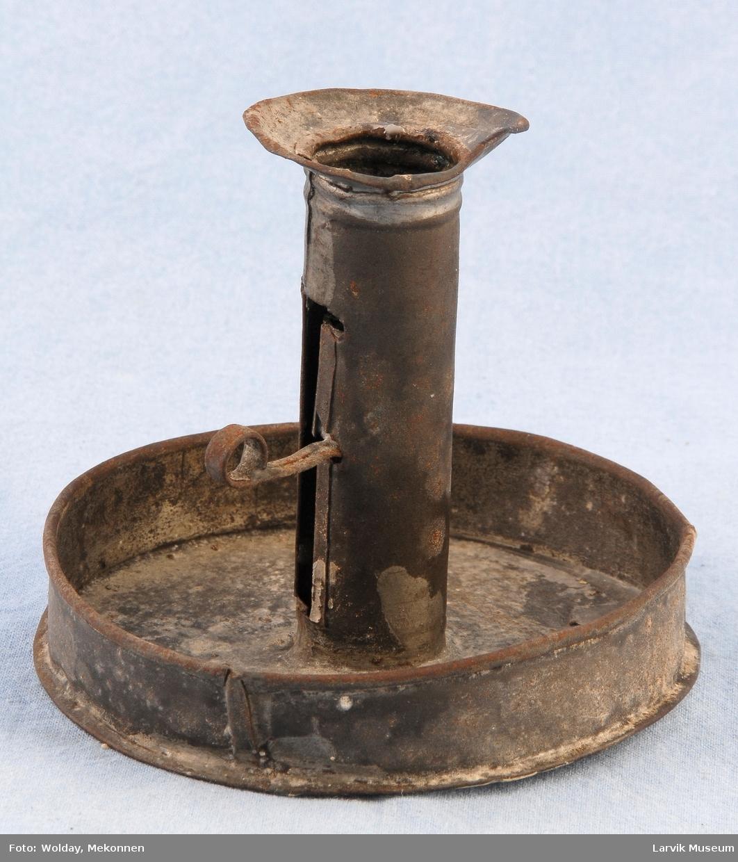Form: sirkulær,skålformet fot, rett pipe m/rekt.åpning med reguleringskrue,bunn,sider,pipe og krave er loddet sammen