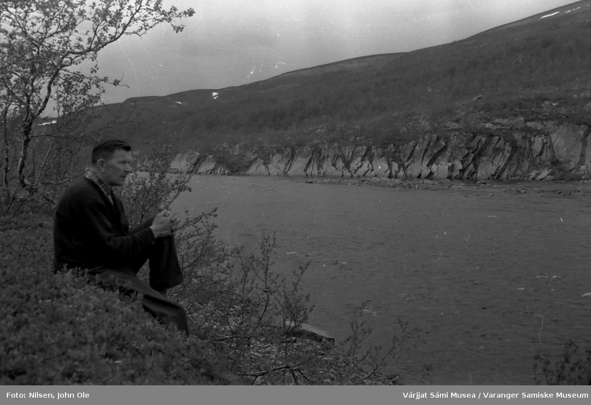 John Ole Nilsen sitter og skuer ut over en stor elv. Ukjent sted 9. juli 1966.