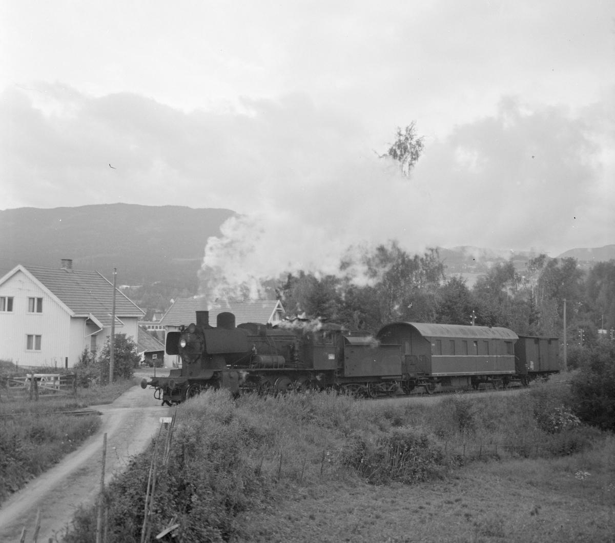 Godstog til Eina fra Skreia med damplok 24b 264 ved innkjør Skreia stasjon.