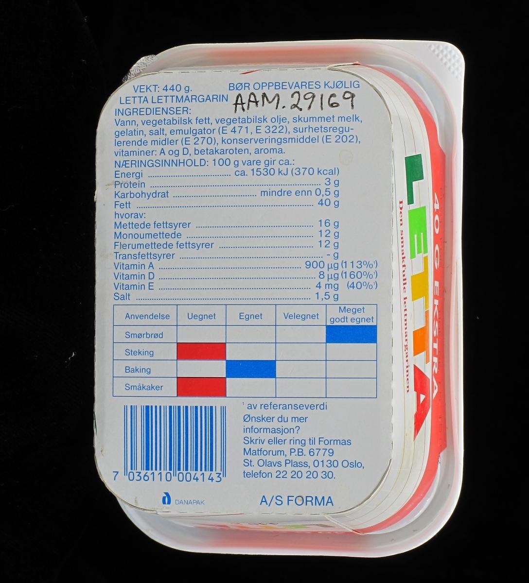 Beger av kartong, med lokk av plast. Lokk og boks er påtrykt farget  dekor, varemerke og vareopplysninger, samt strekkode. Underlokk av papir, var lufttett dekke for matvaren. Pakning på  440g.  Tilstand: God.