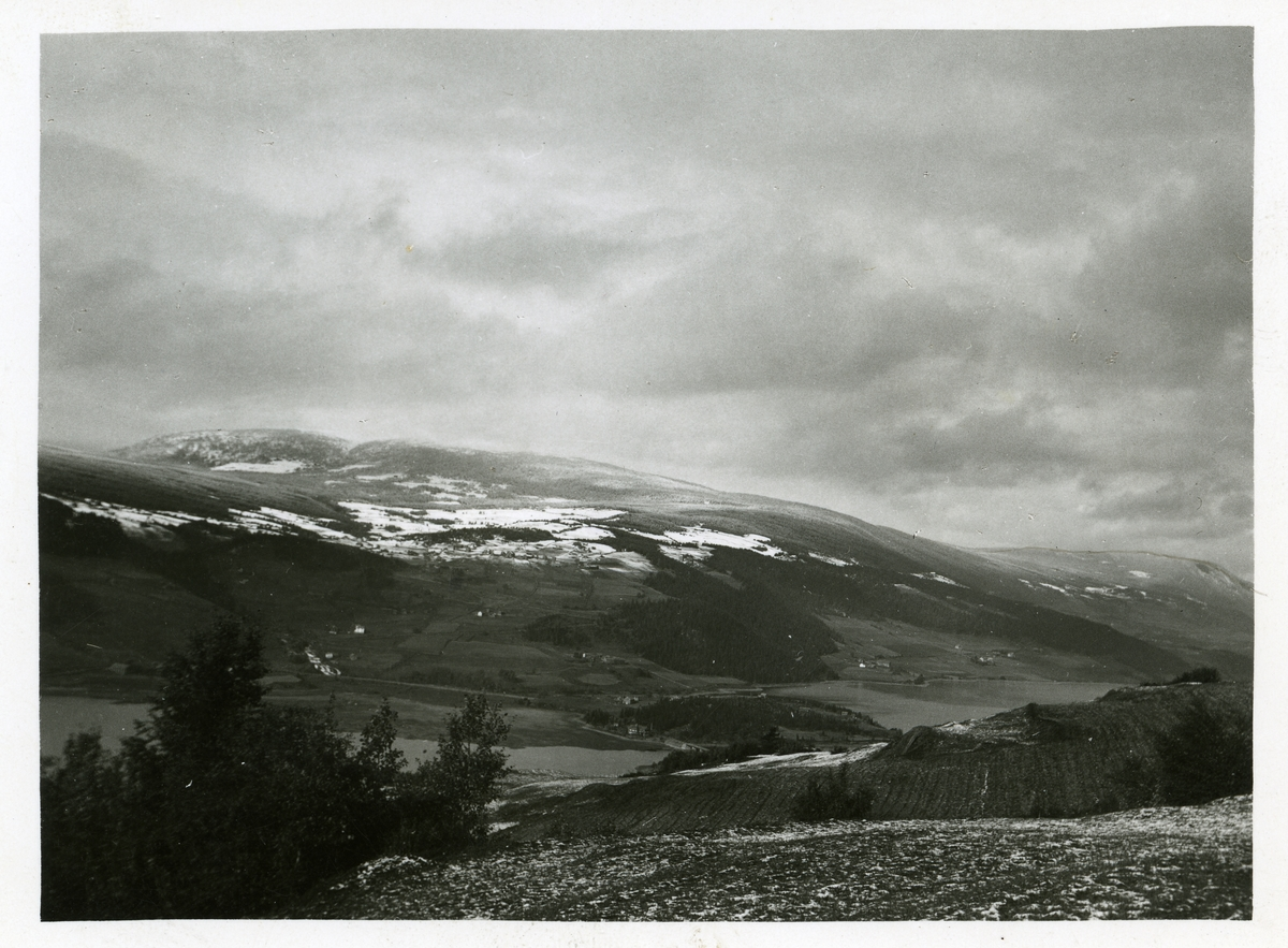 Oversiktsbilde over Ulnes vest, tatt fra Ulnes øst. Nord-Aurdal kommune.