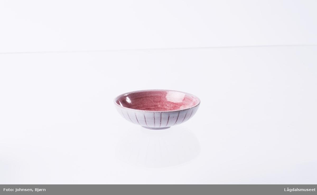 Alle askebegrenen er dekorert med hvit og rosa begitning i striper. De hvite feltene er bredest.