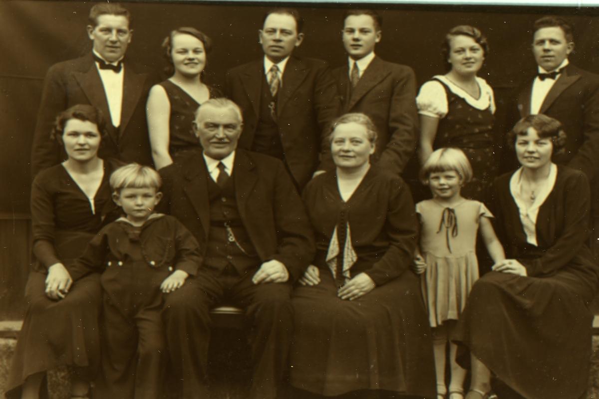 Familiebilde Av Fam Engebret B Eidsgaard Og Kristine Framgarden