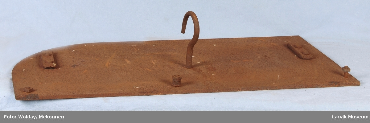 Ant. den høyre døren til bakerovn. Krok som håndtak i front. 3 skruer med muttere på den ene siden