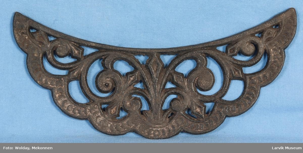 Bueformet. Gjennombrudt, ornamental krone til sylinderovn