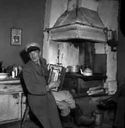 """""""Mosjögubben"""", Hans Petter Hansson, i sitt hem Mosjötorpet i"""