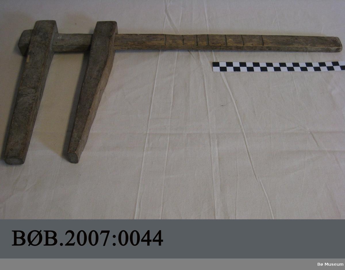 Tømmerklave av tre med ein treplugg