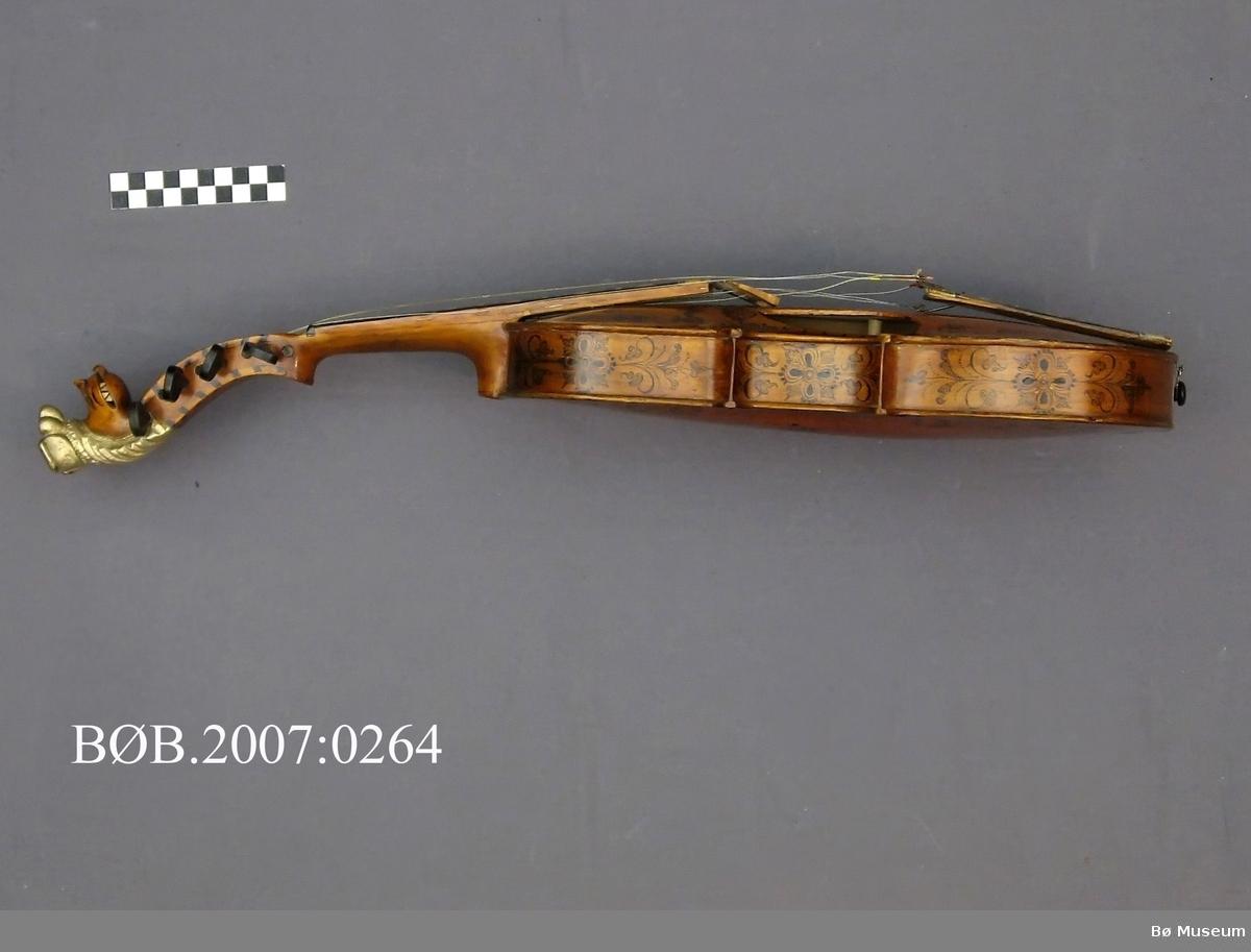 Bord og akantusranke langs kanten langs kanten på botn og lokk, akantusdekor i midten. Sargen har akantusranker.