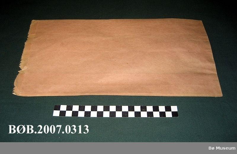 Papirposer i gråpapir, dei fleste posane er festa til ein hyssing. Form: Rektangel Den eine posen er bruka som kladdepair til utrekningar