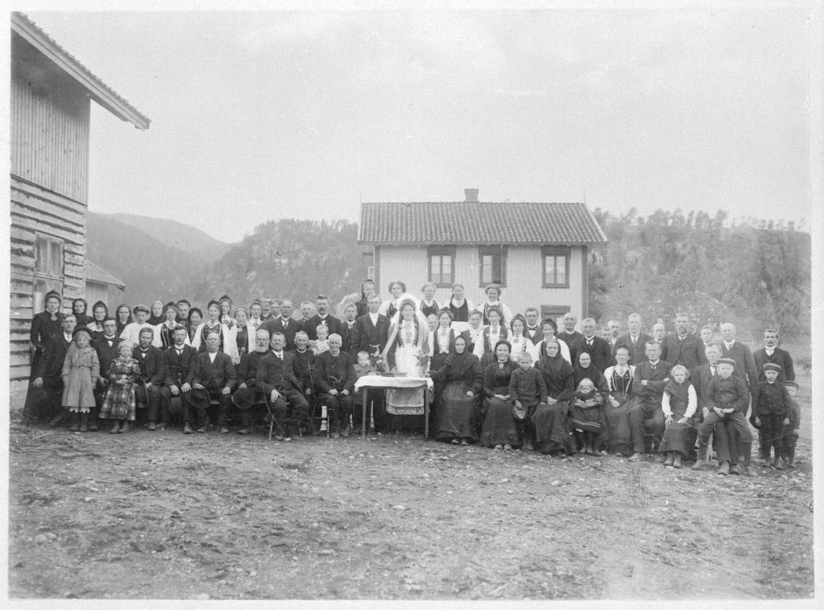 Gardstun (Grave) med brudepar og gjester