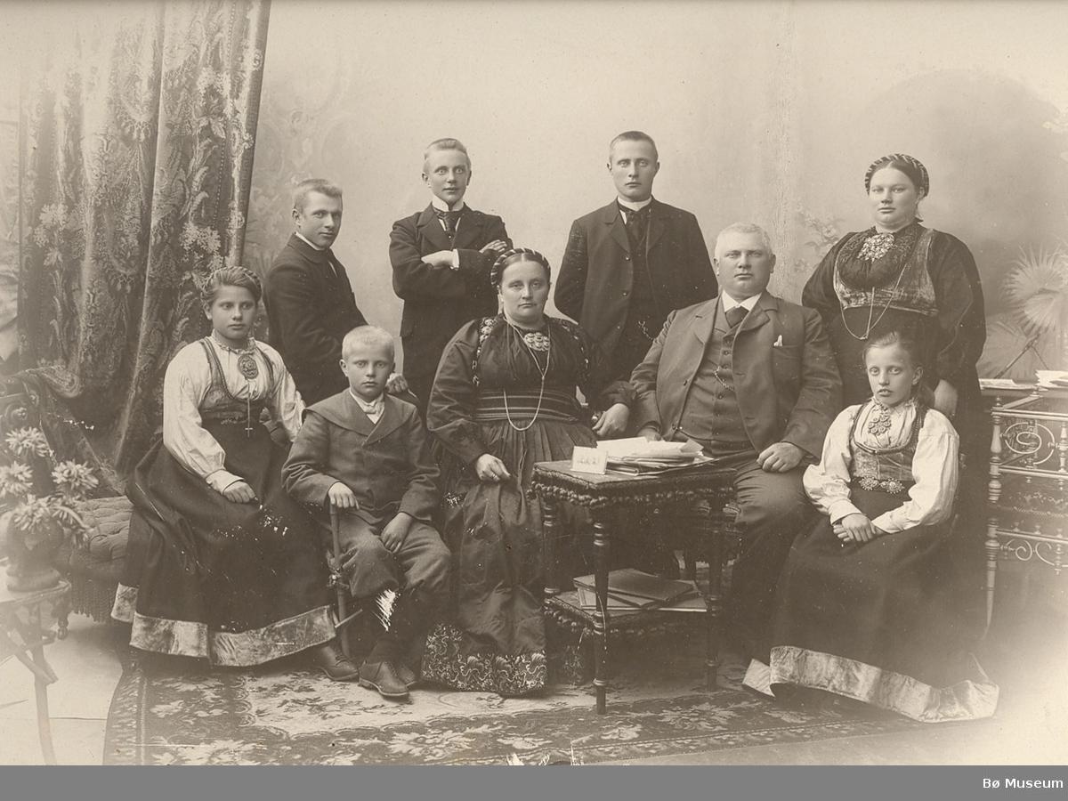 Halvor Halvorsson og Ingeborg Gunnulvsdtr. Borgen  i fotoatelier med dei sju barna. Frå v.: Halvor d.y., Ingebjørg, Gunnulv, Klas, Halvor d.e., Aslaug og Bergit.