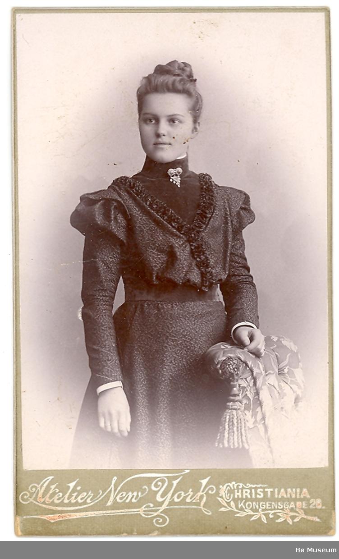 Atelierfoto av yngre kvinne i kjole; Marie Torsteinsen (Odden) frå Skien/Sauherad