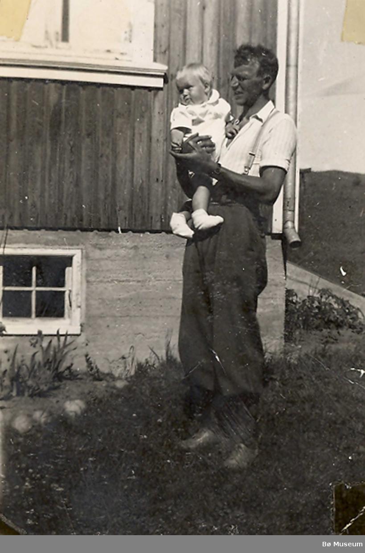 Sveinung Haugerud, Gvarv, med sonen Arne på armen