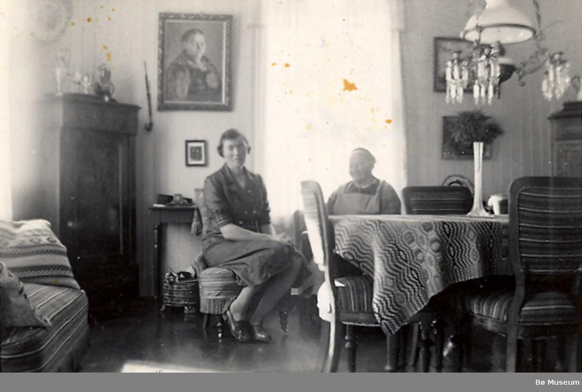 Dordi Jønneberg i stugo på Jønneberg
