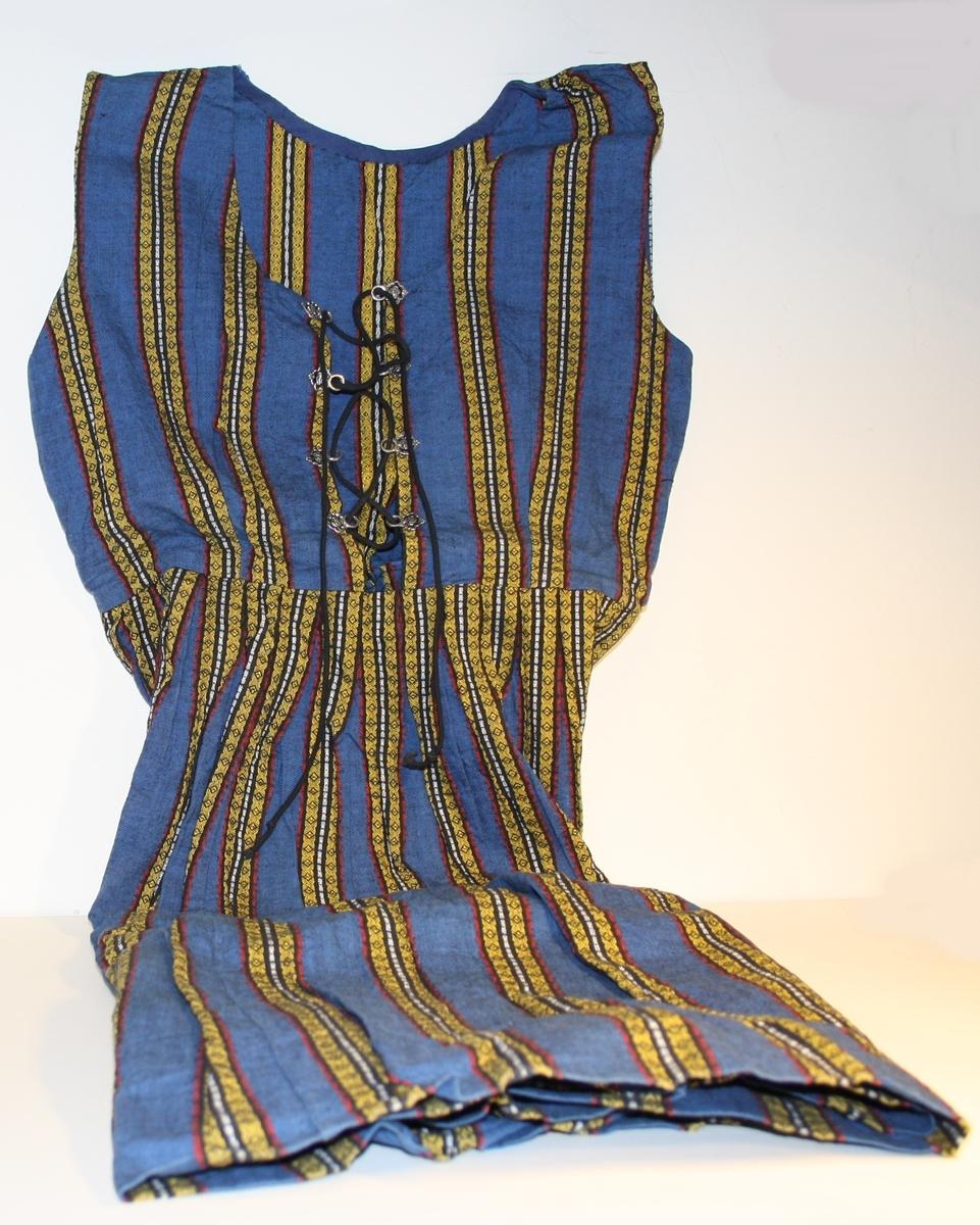 Halvlang kjoledrakt uten erm med snøring i front. Metallhemper til snøring. Glidelås i sida.