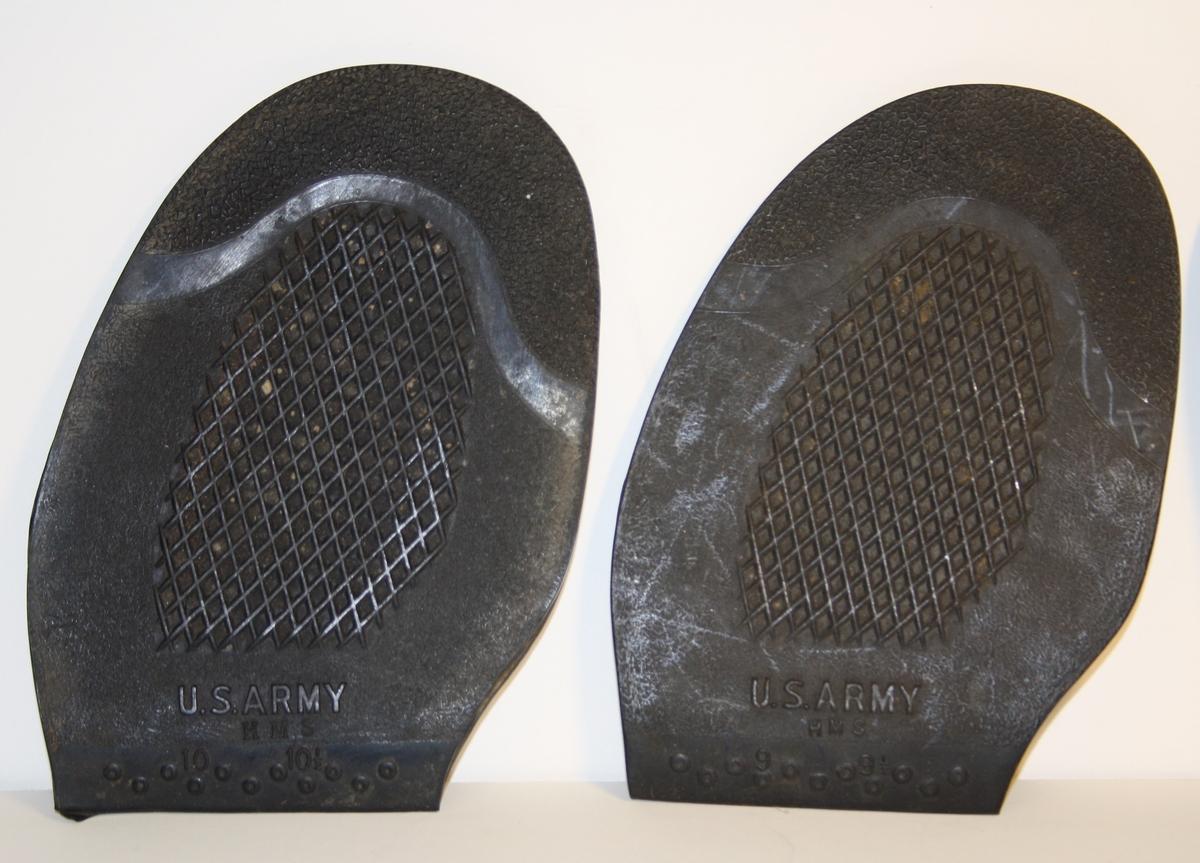 Form: flate skosålar med rutemønster.