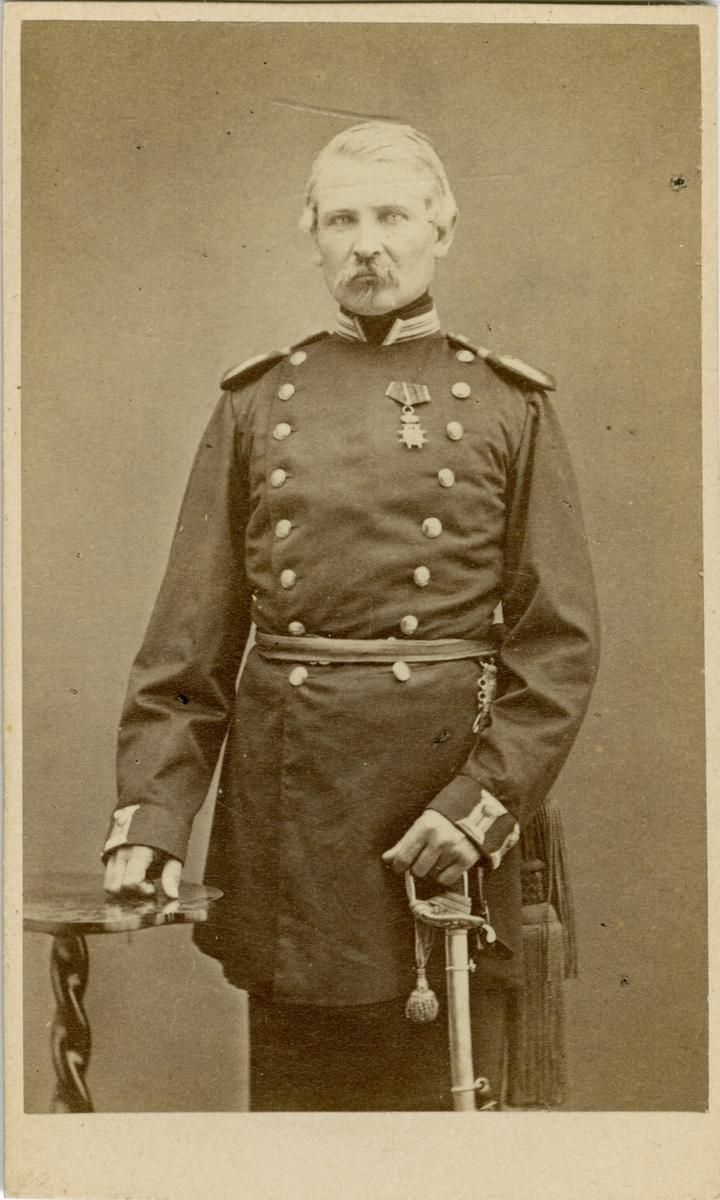 Porträtt av Gustaf Fredrik Planting Gyllenbåga, kapten vid Jönköpings regemente I 12. Se även AMA.0007369.