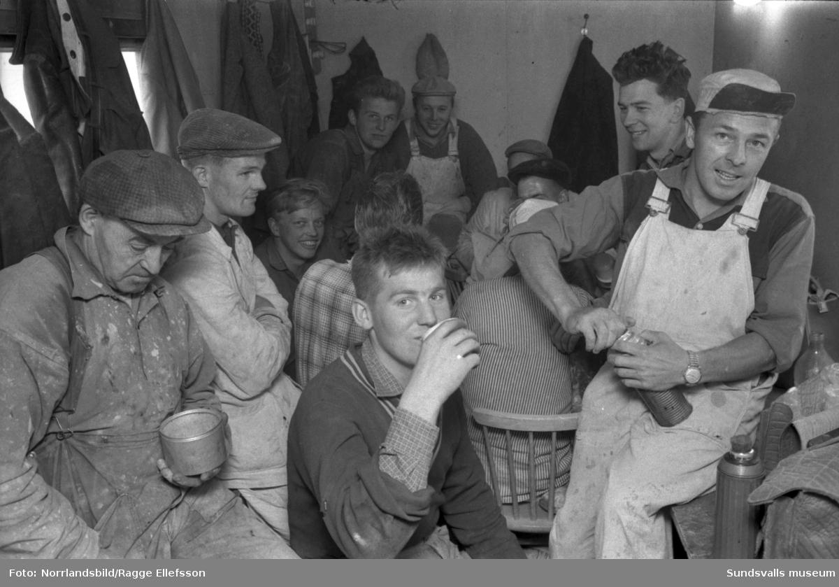 Muntra miner trots att byggnadsarbetarna på Vifstavarfs AB får trängas i en alltför liten matbarack.